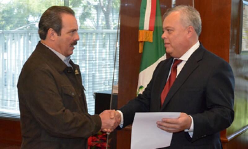 El titular de la Conapesca (derecha) es abogado por la UNAM con posgrado en la Universidad de Georgetown. (Foto: Cortesía de la Sagarpa)
