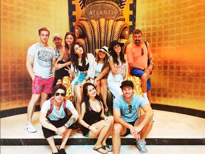 Danna Paola junto a sus amigos.