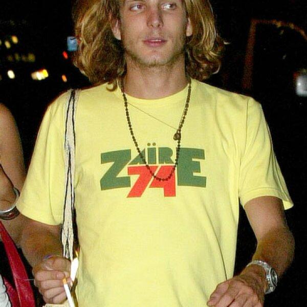 En su típico outfit `relax´: con una T-shirt gráfica, así pasea por las calles de París.