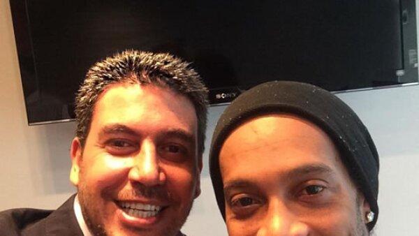 Recientemente Arturo conoció al futbolista Ronaldinho en su llegada a México para jugar con el club Querétaro.