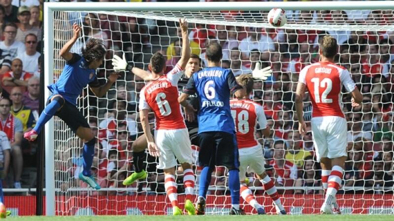El delantero colombiano Radamel Falcao en el momento que remata de cabeza para anotar su primer gol tras 194 días fuera de las canchas