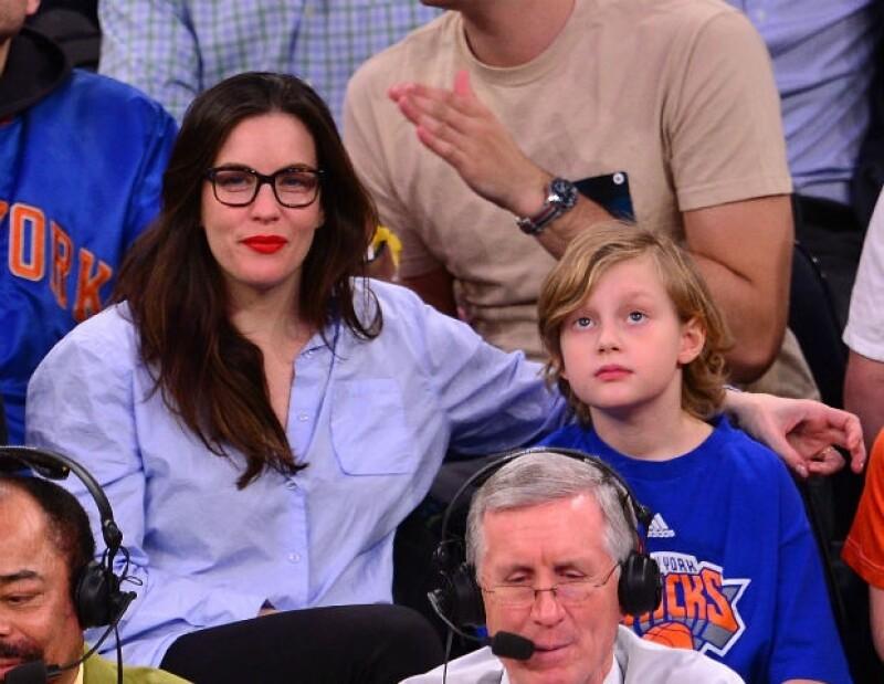 Liv Tyler y su hijo Milo de nueve años en un partido de basquetbol.