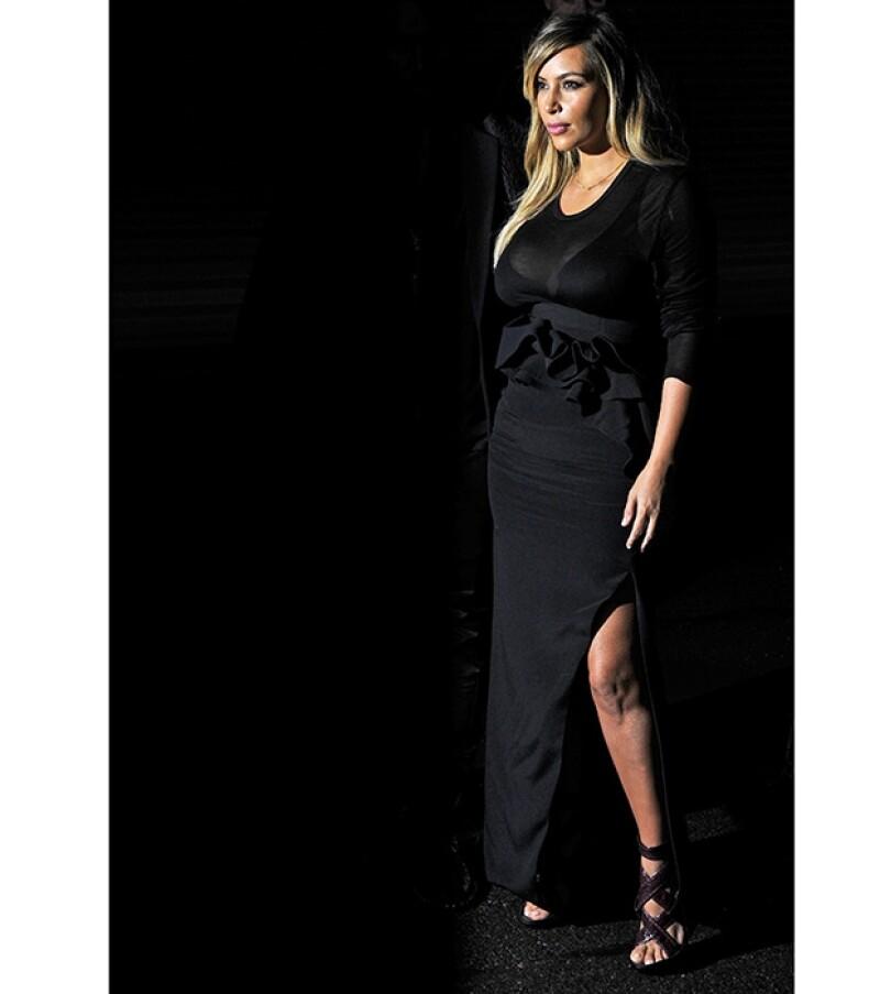 La socialité lució una elegante falda negra, a juego con una blusa del mismo color y tacones color vino.