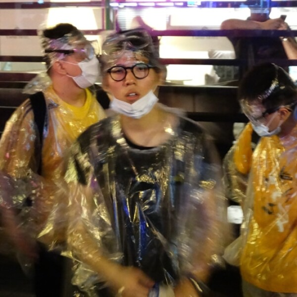 Hong Kong manifestantes gabardinas impermeables