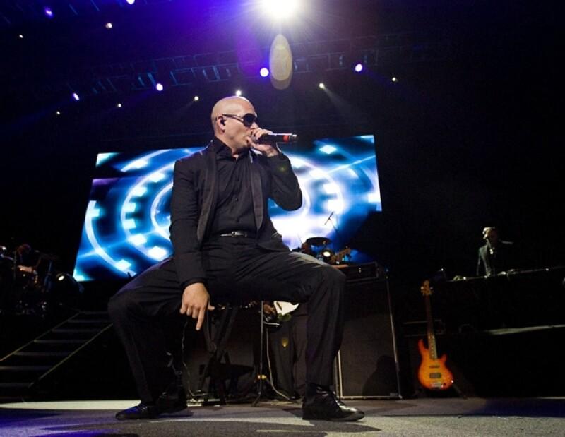 Alrededor de las 22:00 horas, el cantante salió a escena, para ponerle sabor a la noche.