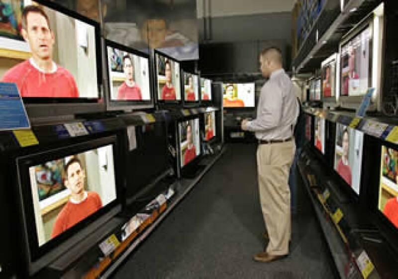 La venta de productos electrónicos, castigada por los grandes descuentos en televisores, subió levemente. (Foto: AP)