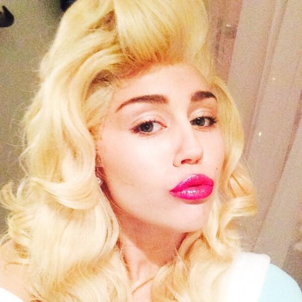 Miley Cyrus luego de vestir de Alien optó por un look más sweet.
