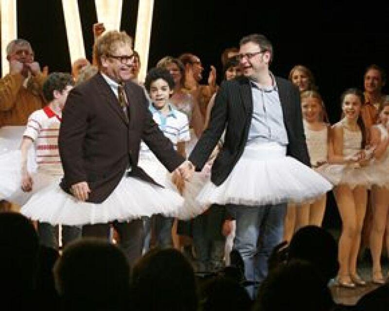 El cantante británico, encargado de la banda sonora de la obra, se puso un tutú y subió al escenario.