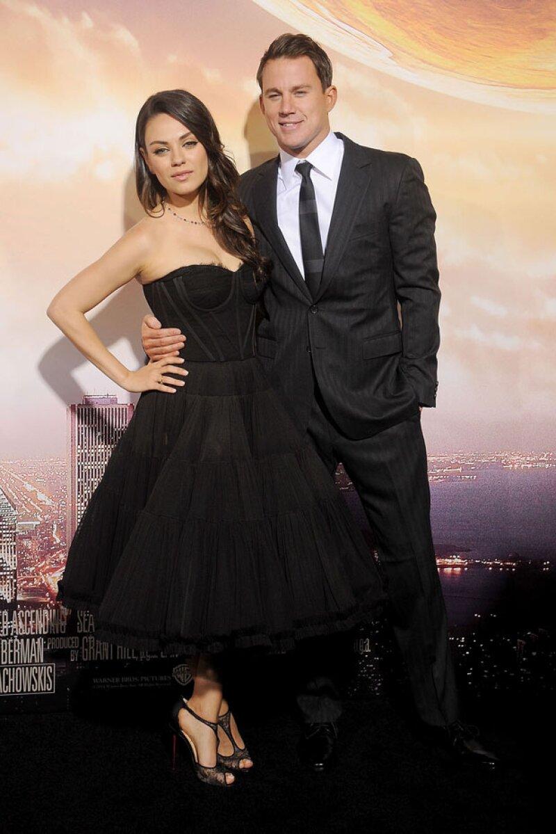 Hot! Mila posó junto a Channing Tatum, con quien comparte créditos en la película.