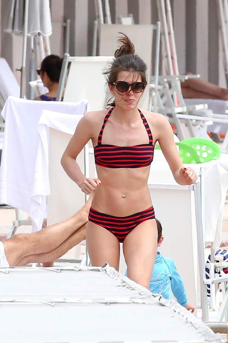 Como pocas veces, captamos a la princesa de Mónaco relajándose en el Beach Club junto con su hijo Raphaël y su novio Lamberto Sanfelice.