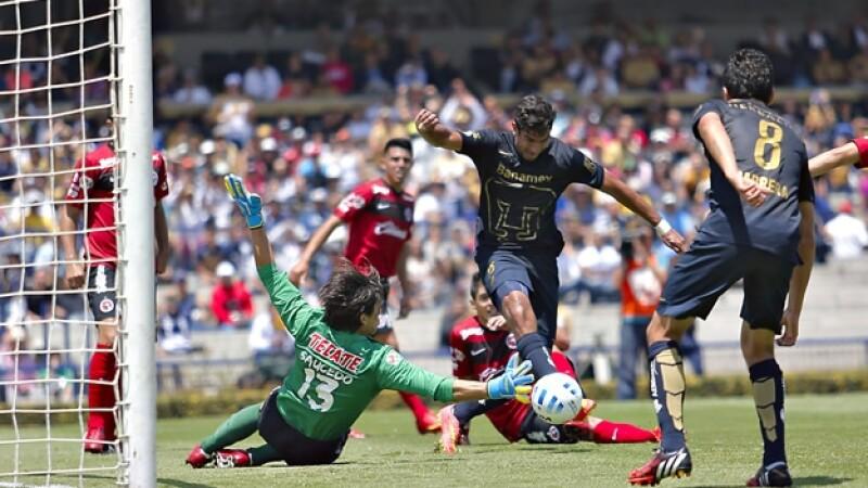 Eduardo Herrera bate al portero Cirilo Saucedo de Xolos para marcar el gol de los Pumas este domingo