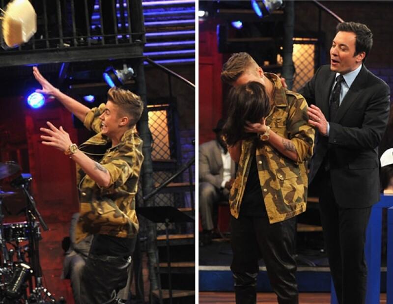 El cantante besó a una maniquí.