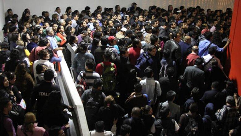 Cientos de personas quedaron varadas la noche del miércoles en la estación Atlalilco de la Línea 12.