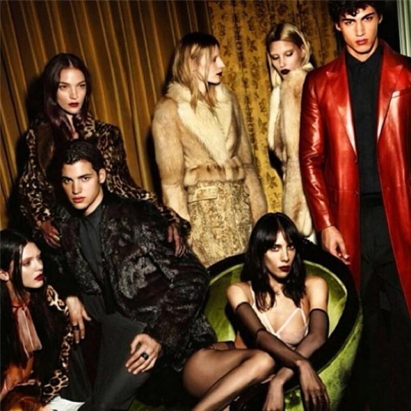 Kendall, ubicada en la parte inferior izquierda de la imagen, posa en un estilo lúgubre