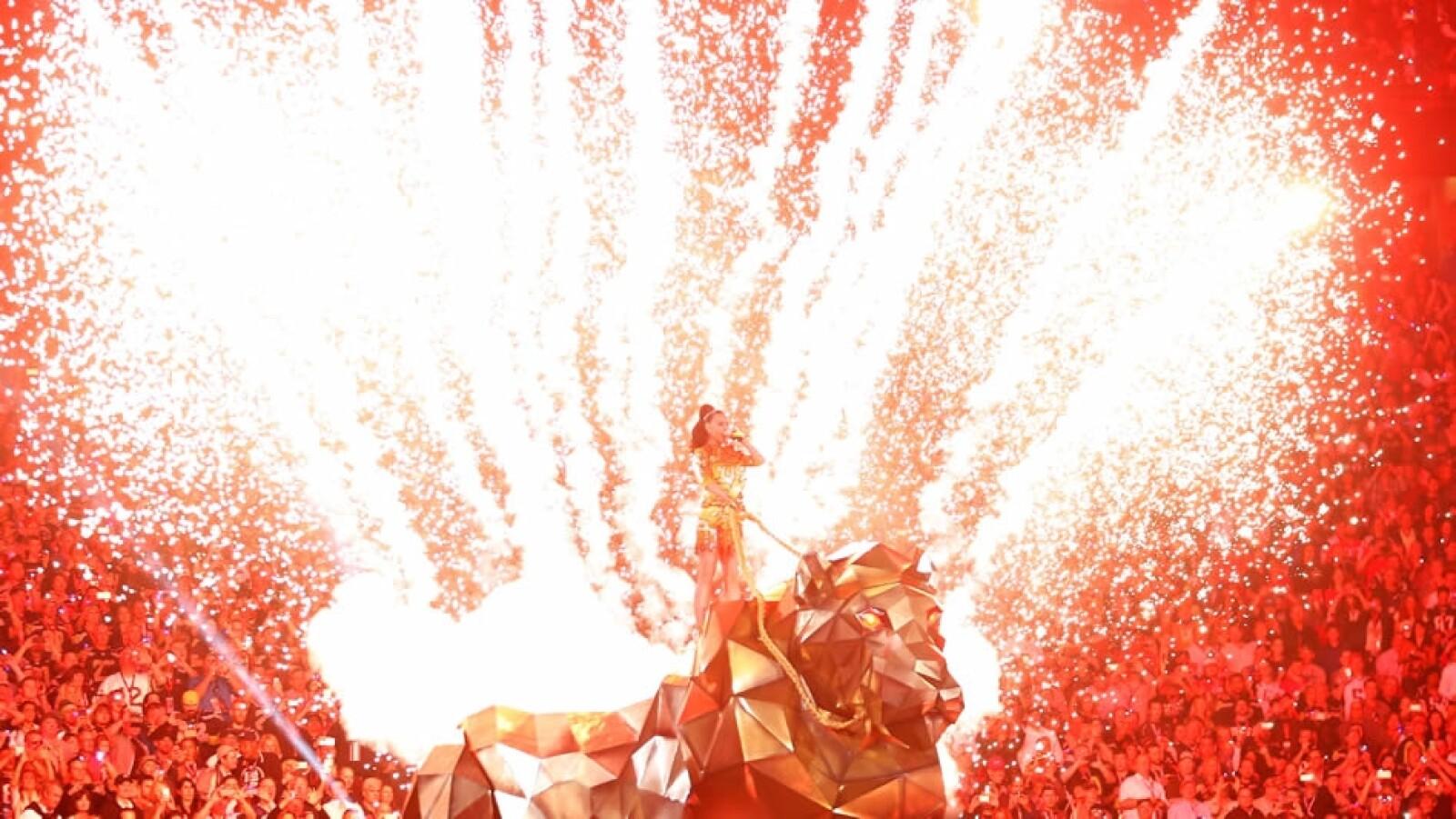 Fue un espectáculo muy colorido, lleno de juegos artificiales y luces llamativas