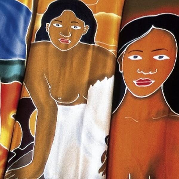 En el mercado de Papeete se pueden encontrar pareos que cuyos diseños reflejan las costumbres nativas.