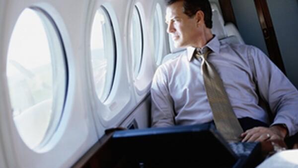 Algunas aerolíneas ya ofrecen servicio de Wi-Fi en casi todos sus vuelos para que puedas trabajar en línea durante el viaje. (Foto: Getty Images)