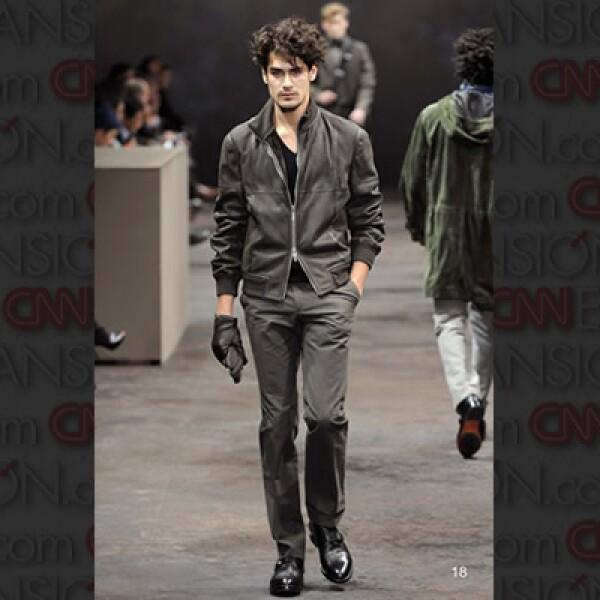 Chaquetas en piel, pero con toques de lino en los pantalones, una propuesta más de Gaultier.