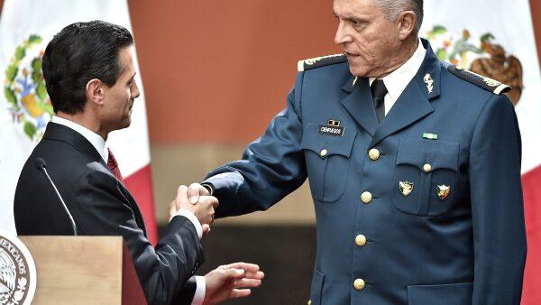 El presidente Peña saluda al secretario de la Defensa Nacional, Salvador Cienfuegos.