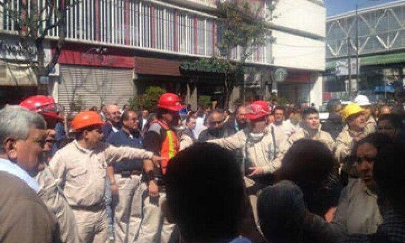 El desalojo es coordinado por personal de Protección Civil. (Foto: Cortesía CNNMéxico)