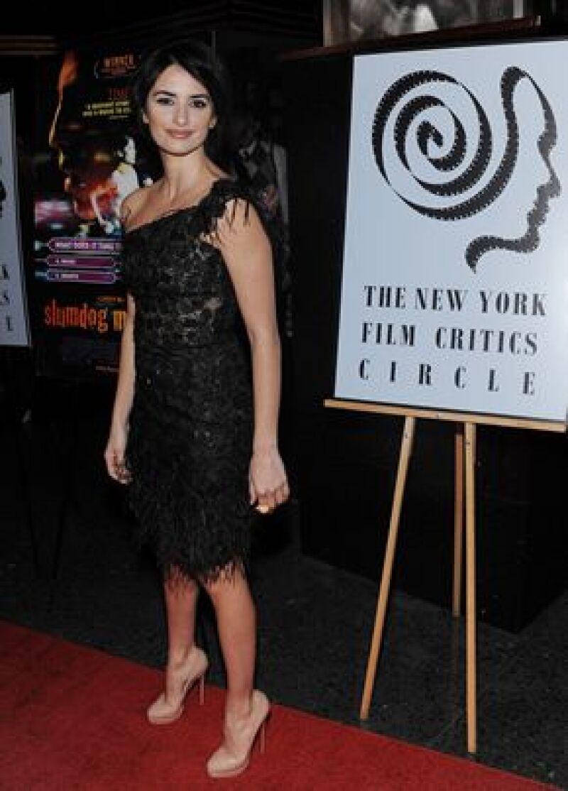 La actriz española ofreció el galardón que recibió por parte del Círculo de Críticos de Nueva York al director, aunque él no estuvo presente en la ceremonia.