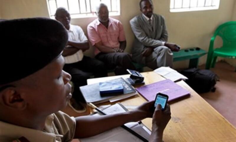 Francis Kariuki intenta mejorar la vida de su comunidad usando Twitter para enviar información sobre delitos o animales perdidos. (Foto: Reuters)
