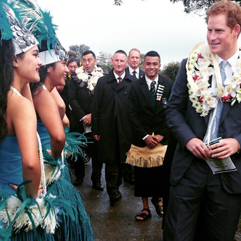Harry conoció a este grupo de típicas bailarinas de la región.