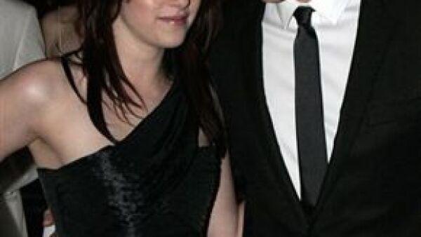 Robert Pattinson, Kristen Stewart y Taylor Lautner, protagonistas de dicha saga, basada en las novelas de Stephenie Meyer, serán los encargados de presentarlo.