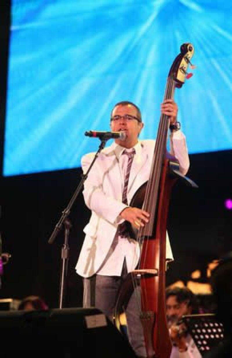 El músico mexicano cerró con un emotivo concierto la primera gala del premio UNICEF.