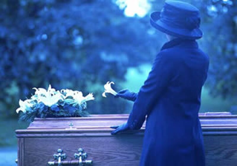 Para hacer un presupuesto de servicios funerarios debes considerar el ataúd, la ceremonia, las flores y el traslado del cuerpo. (Foto: Jupiter Images)