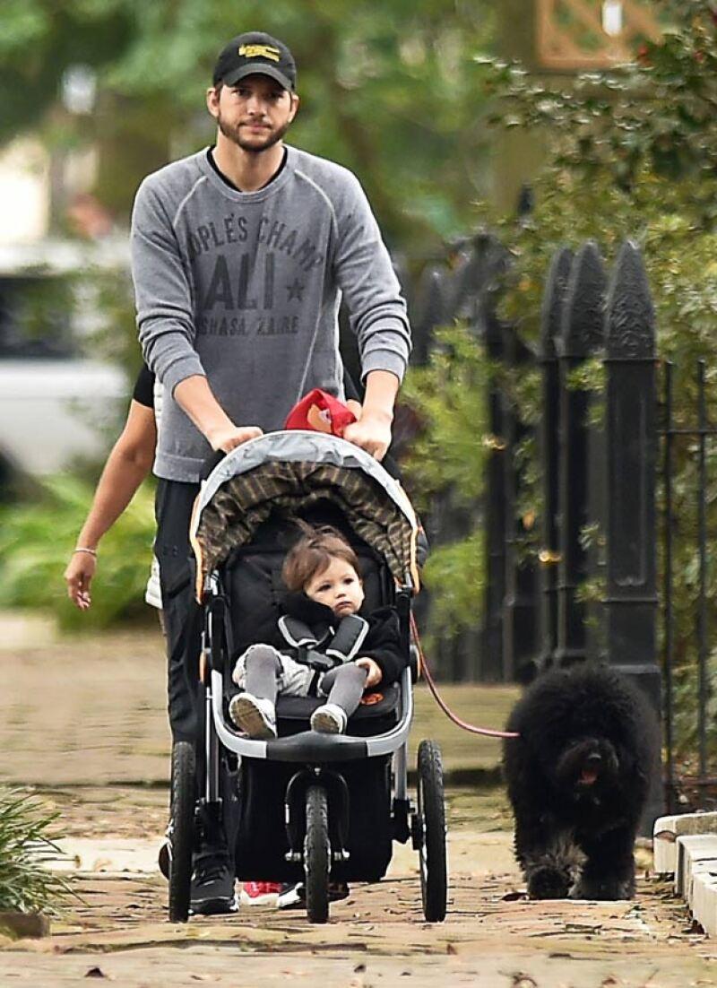 Mientras su pareja Mila Kunis filma su siguiente película Bad Moms, el actor se encargó de cuidar de su primogénita.