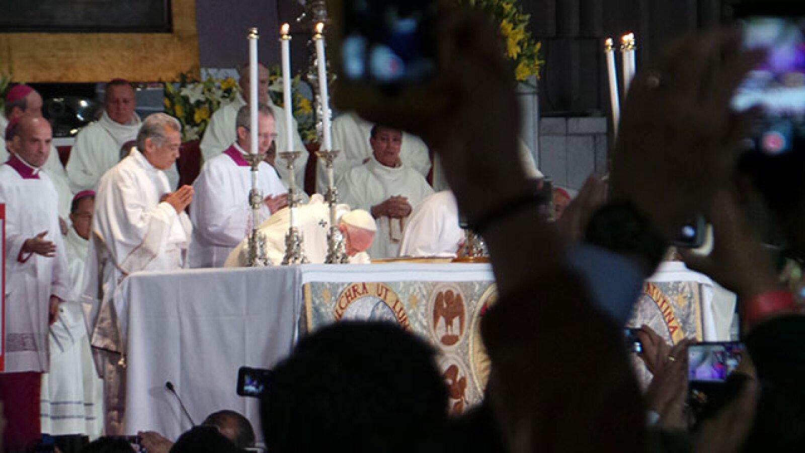 Dentro de la Basílica el Papa ofreció una misa especial.