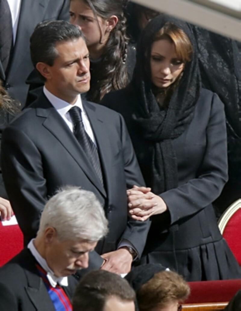 El presidente de México le entregó un solideo como parte de una tradición católica. También estuvieron presentes dos de sus hijas, Nicole Peña y Fernanda Castro.