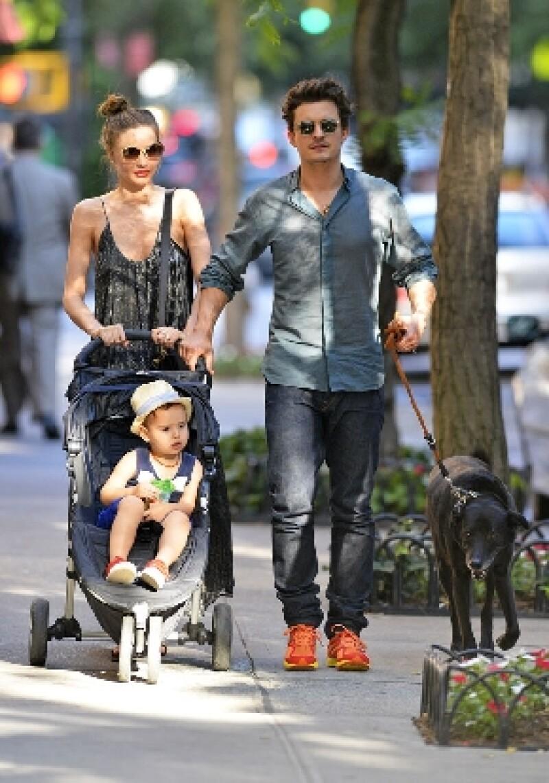 La familia Bloom-Kerr fue captada paseando en Central Park, NY, y pudimos percatarnos de cuánto ha crecido el primogénito de la pareja de dos años y medio, pues aparenta más edad de la que tiene.