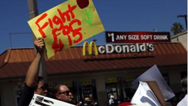 Ha habido varias protestas en EU para subir el sueldo a 15 dólares por día. (Foto: Getty Images)