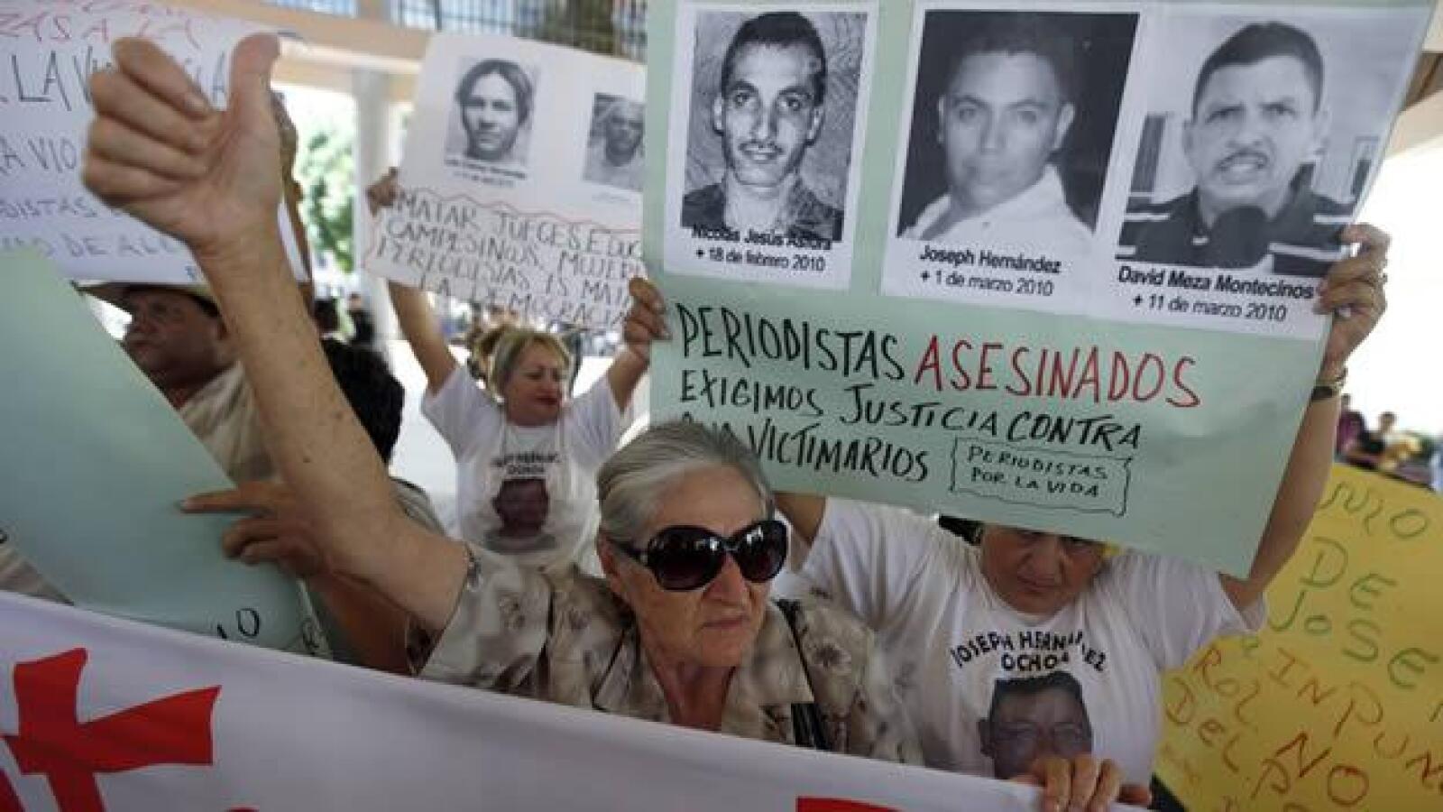 Una mujer en Tegucigalpa, capital de Homnduras, protesta contra los asesinatos a periodistas