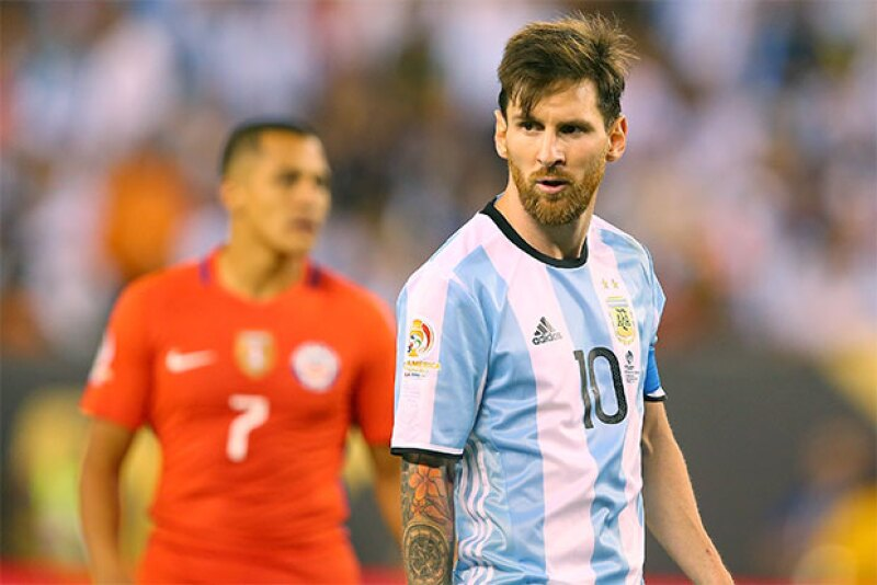 El astro del fútbol se sumó al trend del platinum hair y como prueba, las fotos que su novia y compañeros de equipo han compartido en redes sociales.