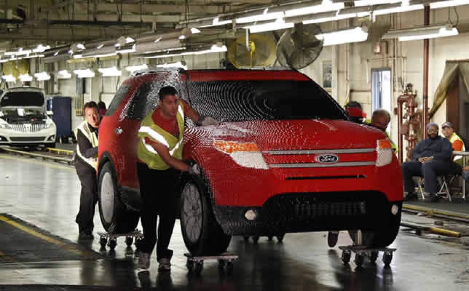 El parque también muestra una réplica de tamaño real de una camioneta Ford Explorer, que requirió 382,858 piezas, y 2500 horas de trabajo.