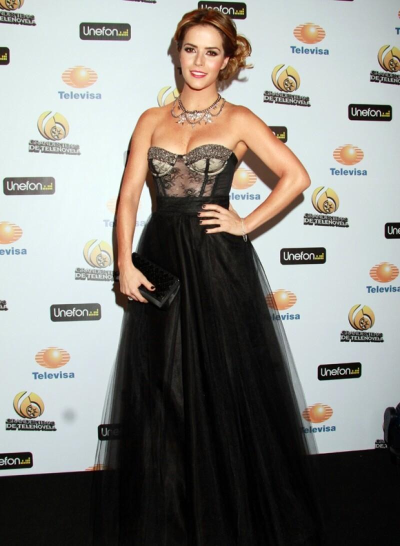 La actriz Cláudia Álvarez destacó en la red carpet por su belleza.