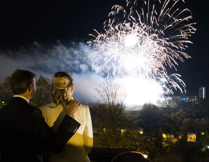 La pareja observo el espectáculo de luces en su honor.