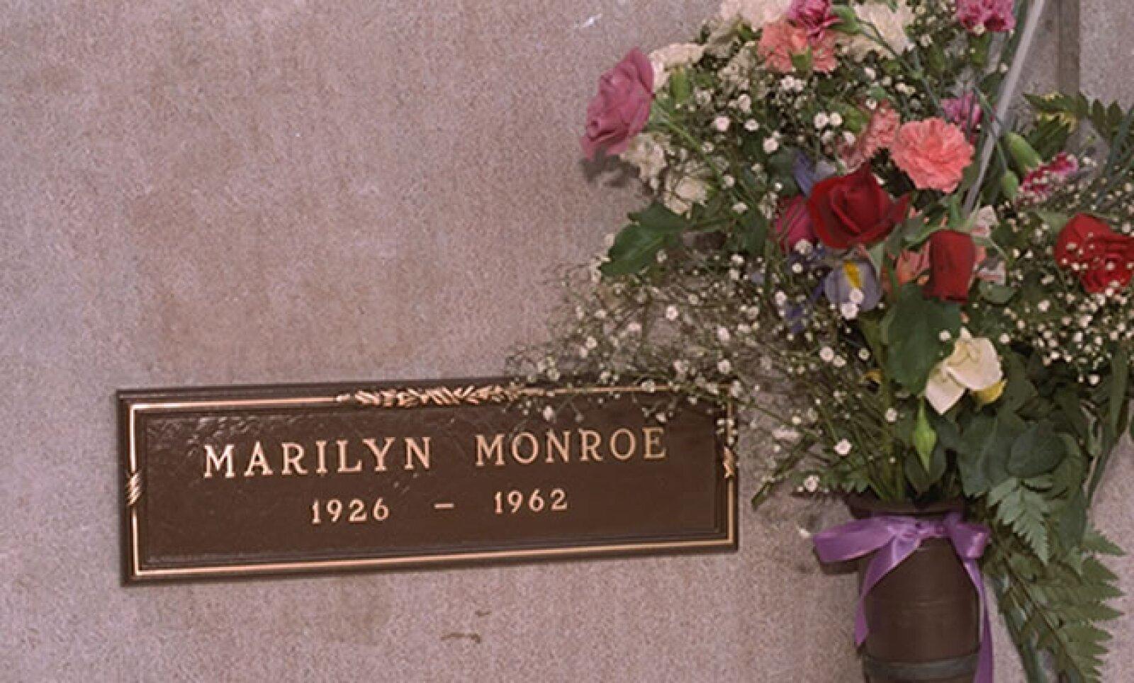 Monroe falleció el 5 de agosto de 1962 en su departamento de Brentwood, en Los Angeles. Reportes médicos de la época decían que murió por envenenamiento ocasionado por la ingesta deliberada de barbitúricos.