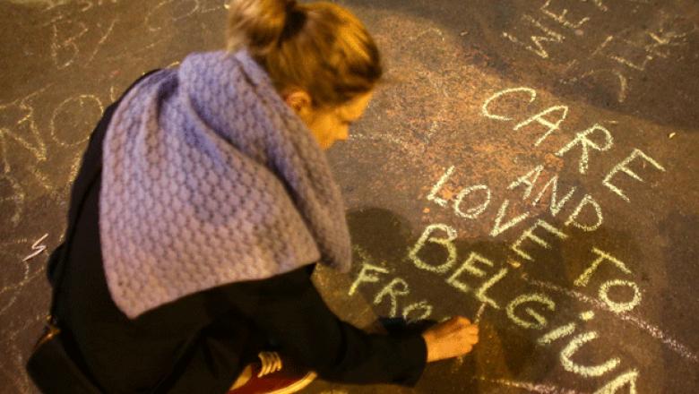La gente salió a las calles de Bruselas a escribir mensajes de apoyo. (Getty Images)