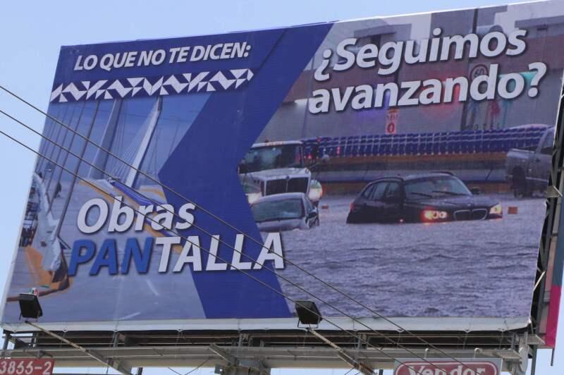 """Los espectaculares acusan de """"obras pantalla"""" a los puentes construidos en la administración de Rafael Moreno Valle."""