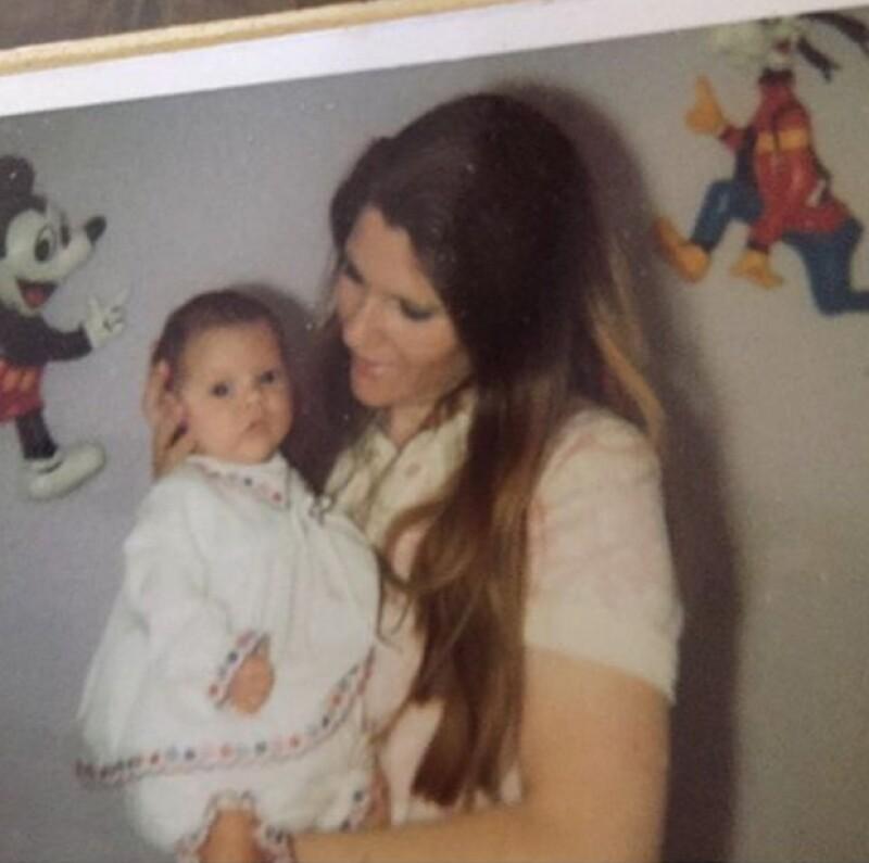 Por su parte Victoria publicó un throwback en donde felicita a su mamá en un día tan especial.