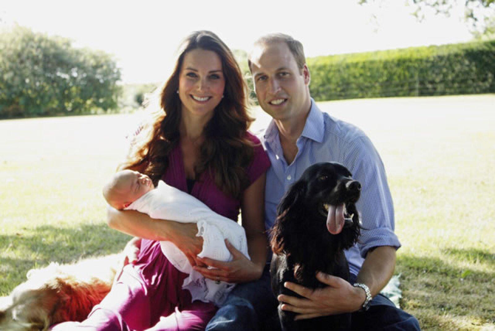 George nació un 22 de julio de 2013. Esta es su primera fotografía oficial, tomada por Michael Middleton, padre de Kate.