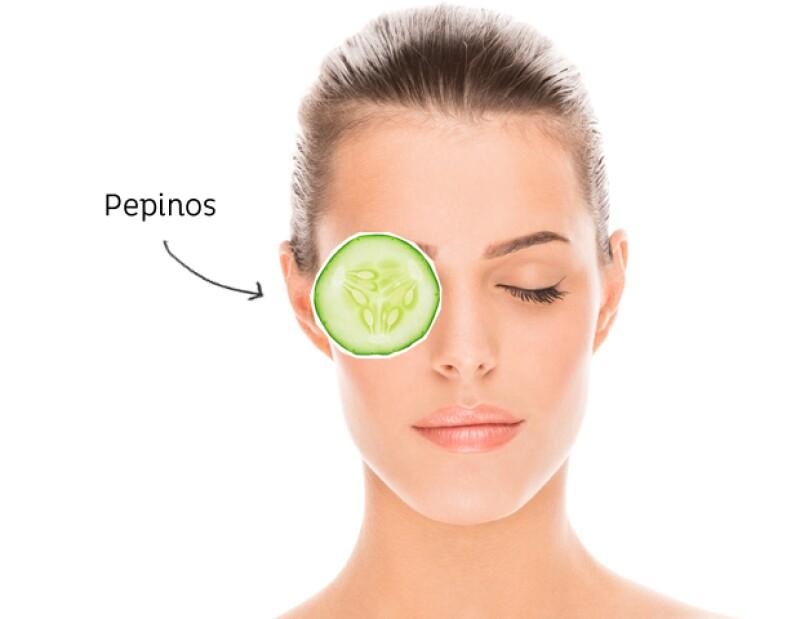 El alto contenido de agua en el pepino ayuda a deshinchar los ojos.