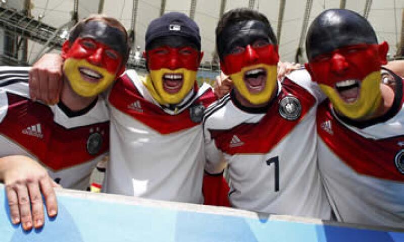 Las camisetas con tres estrellas podrían ser pronto de colección si Alemania alza la Copa el domingo. (Foto: Reuters)