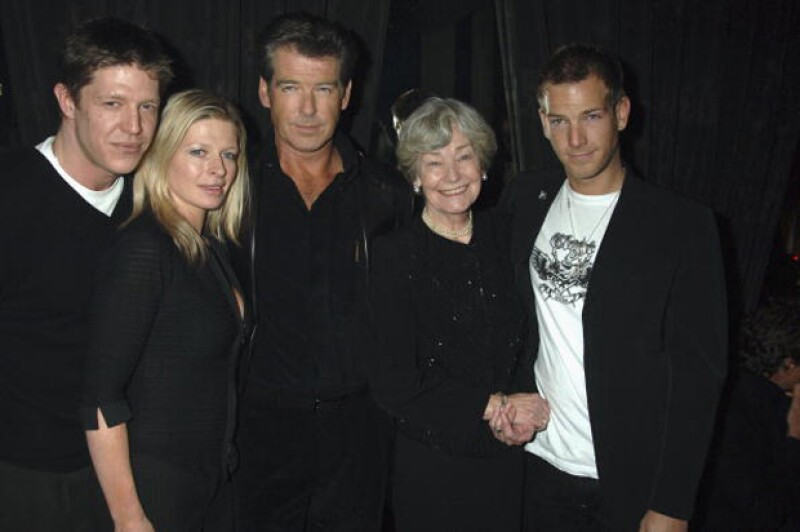 De izquierda a derecha están Christopher, Charlotte, Pierce Brosnan, la madre de Pierce y Sean.