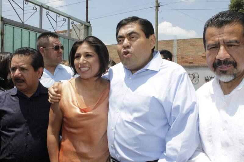 El coordinador parlamentario del PRD en el Senado, Miguel Barbosa, anunció su intención de contender por Puebla, tras acompar a la abanderada perredista Roxana Luna a emitir su voto.