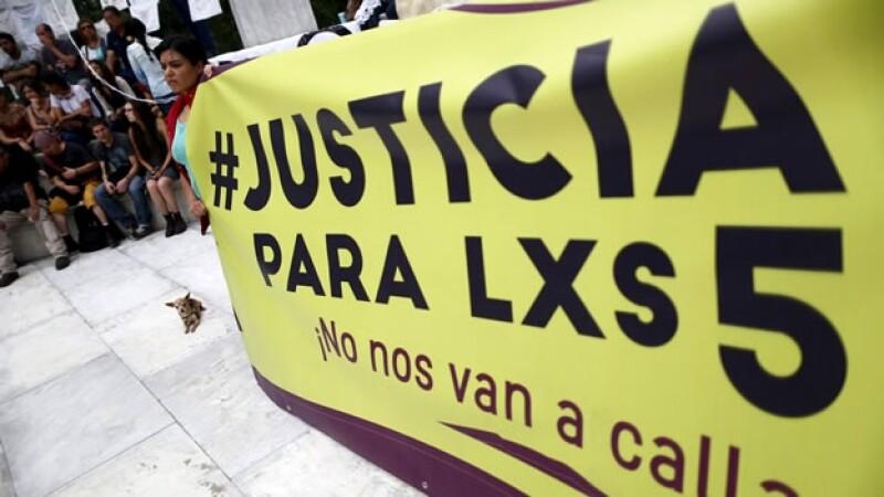 Algunas de las pancartas que presentaron este sábado ciudadanos durante una protesta por los homicidios en el DF